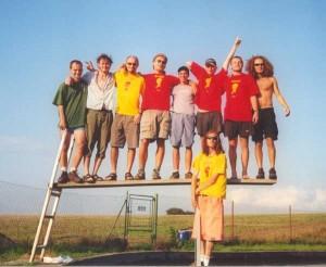 Zakládající parta na soustředění v roce 2002. Zleva: Karel Ringelhán, Jára Fidrmuc, Petín, Standa Vacek (Žabička), David Straka, Radek Ulman (Raduz), Úd, Vrána; dole: Michal Urban (Dodo)